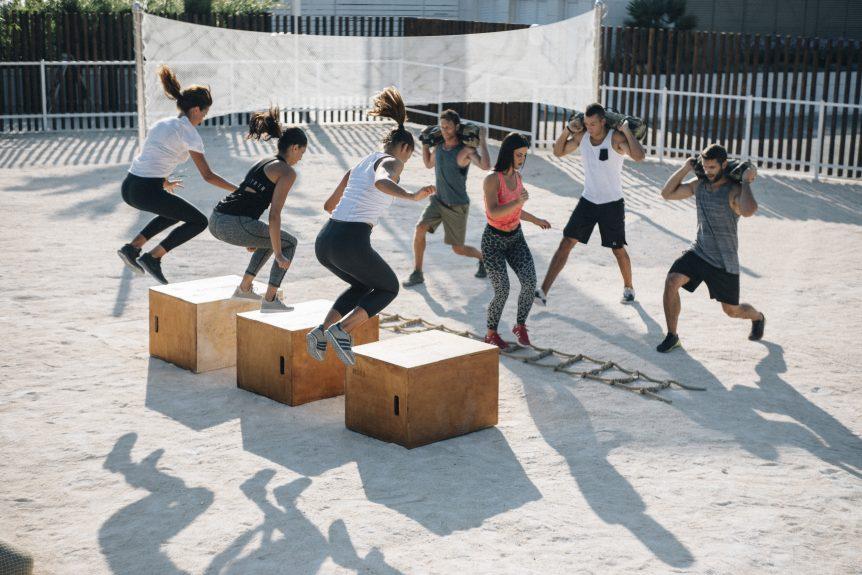 Ljudi vježbaju u teretani na otvorenom