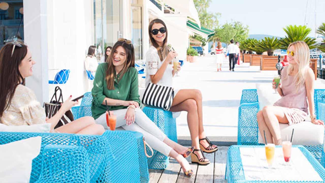 Djevojke sede na terasi picerije Al Posto Giusto