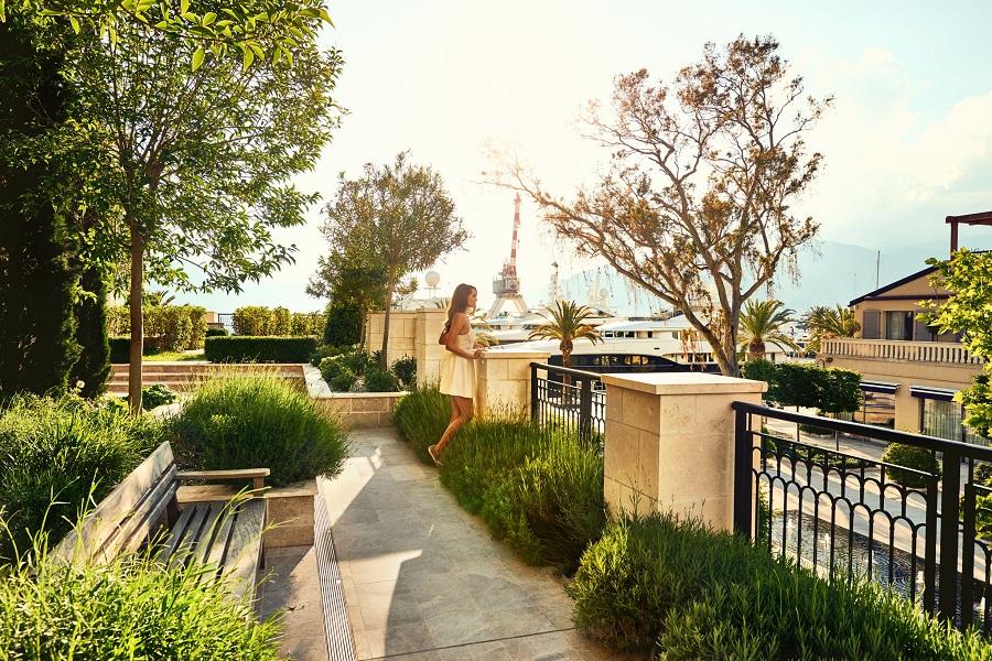 M rezidencija - djevojka na terasi