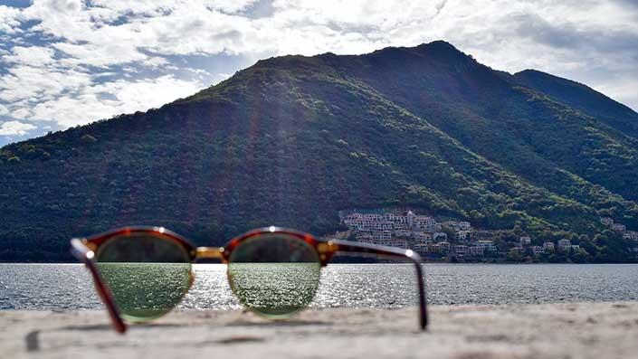 Naočare za sunce na stenovitom delu obale mora