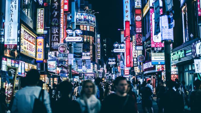 Quảng trường ở Tokio về đêm với rất nhiều người