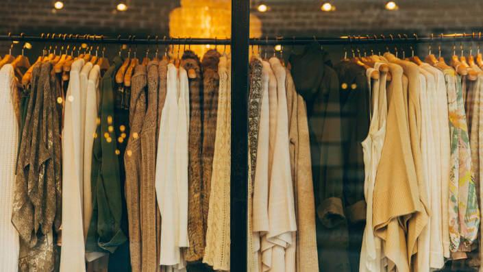 Quần áo phụ nữ trong cửa sổ mua sắm