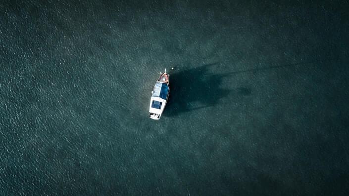 Brod na Jadranskom moru uslikan iz ptičije perspektive